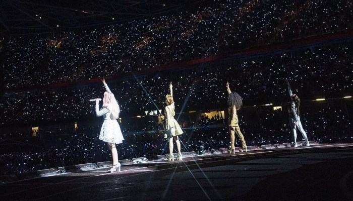 Тысячи зрителей собрались на стадионе в Дублине, чтобы увидеть выступление своих кумиров. / Фото: www.dailymail.co.uk