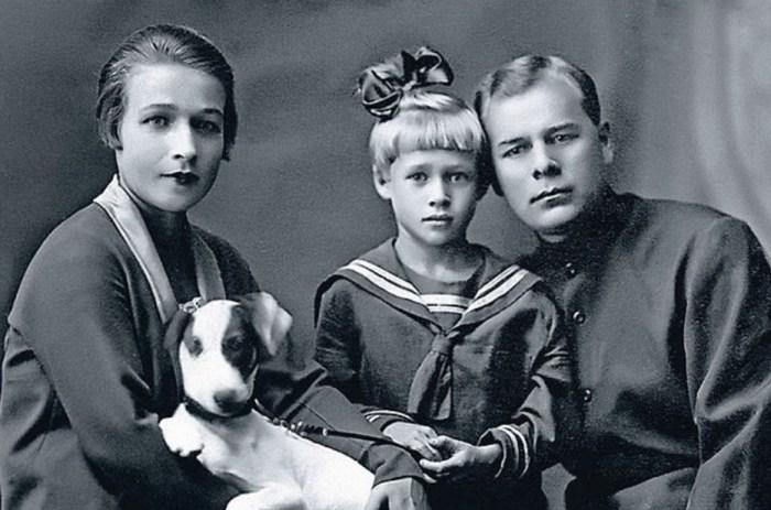 Нина Архипова в детстве с родителями. / Фото: www.kino-teatr.ru