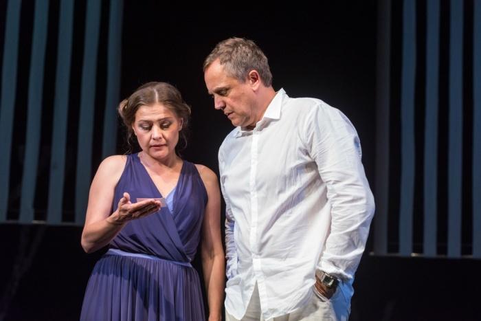 Андрей Соколов и Мария Голубкина в спектакле «Дотянуться до звёзд». / Фото: www.kudago.com