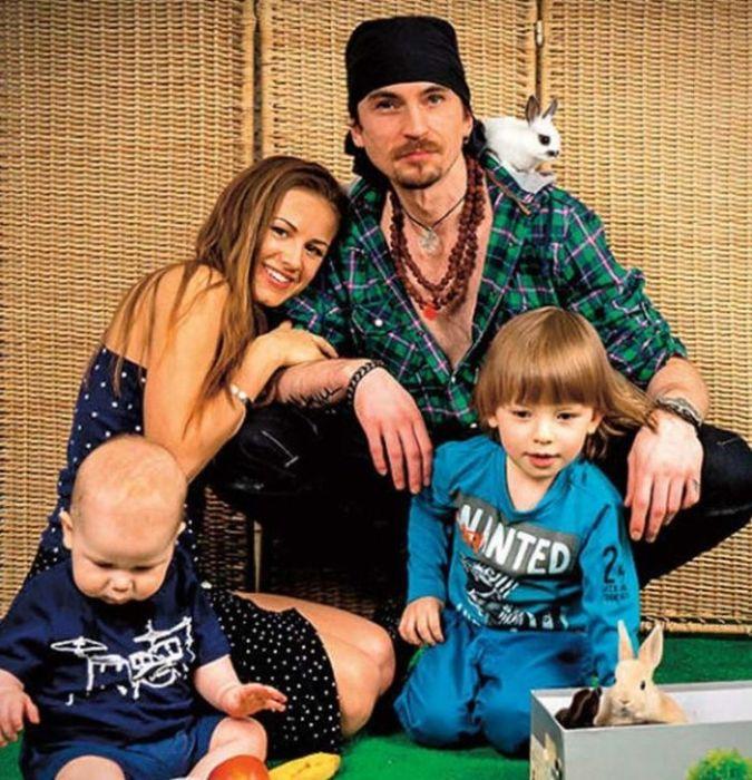 Игорь Тальков с женой и сыновьями. / Фото: www.udivitelno.fun