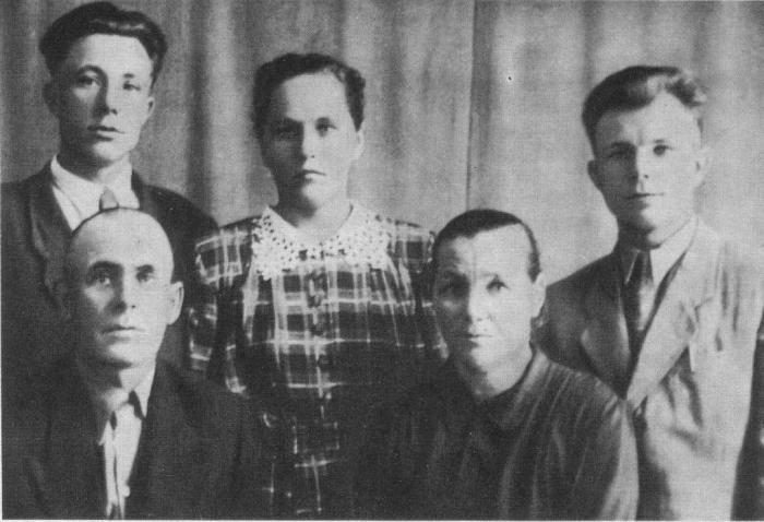 Юрий Гагарин с родителями, братом и сестрой. / Фото: www.materinstvo.ru
