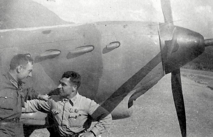 Сергей Щиров с однополчанином. / Фото: www.soviet-aces-1936-53.ru