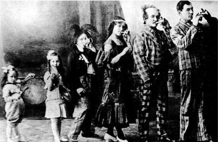 Шесть Жеймо: Янина (крайняя слева), Елена, дядя Павел, мама Анна, дедушка Вацлав и папа Юзеф Болеслав в 1912 году. / Фото: www.iknigi.net