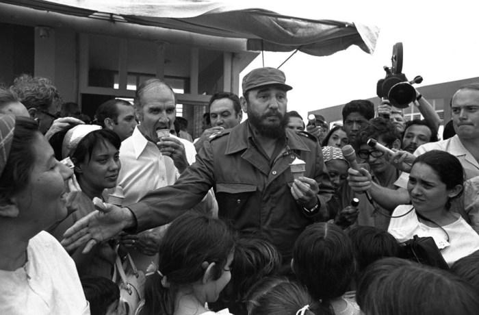 Фидель Кастро угощает мороженым сенатора Джорджа Макговерна. / Фото: www.alarabiya.net