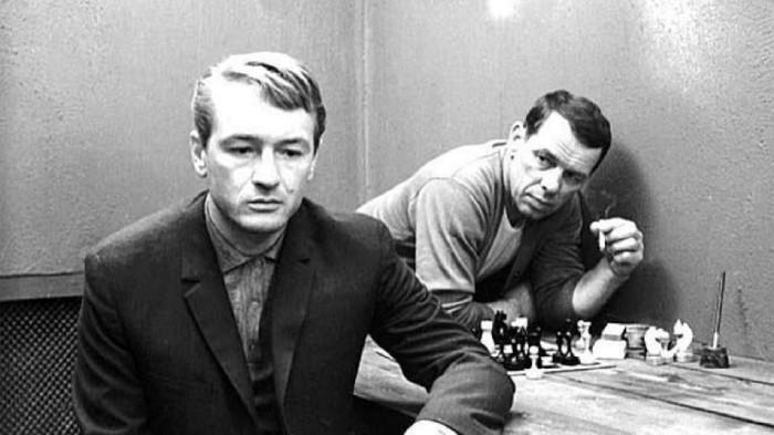 Михаил Ножкин и Георгий Жжёнов, кадр из фильма «Ошибка резидента». / Фото: www.ytimg.com