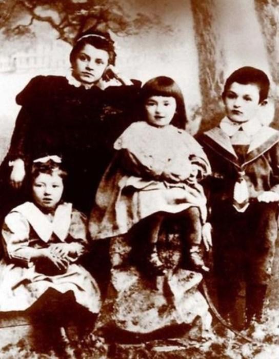 Фанни Фельдман в детстве (слева внизу) с сестрой Изабеллой (в центре), братом и гувернанткой. / Фото: www.myshared.ru