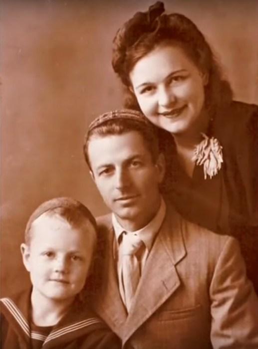 Леонид Кулагин в детстве с родителями. / Фото: www.russia.tv