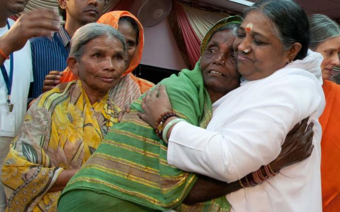 Мата Амританандамайи - Обнимающая мать. / Фото: www.embracingtheworld.org