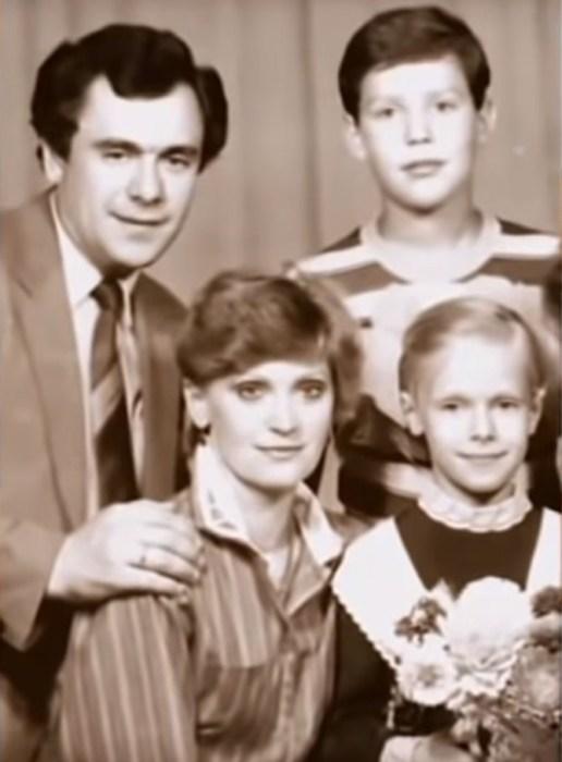 Ольга Ломоносова в детстве с родителями и братом. / Фото: www.russia.tv