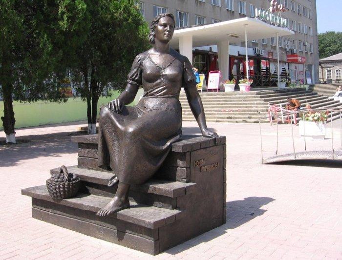 Памятник Нонне Мордюковой. / Фото: www.wikiway.com