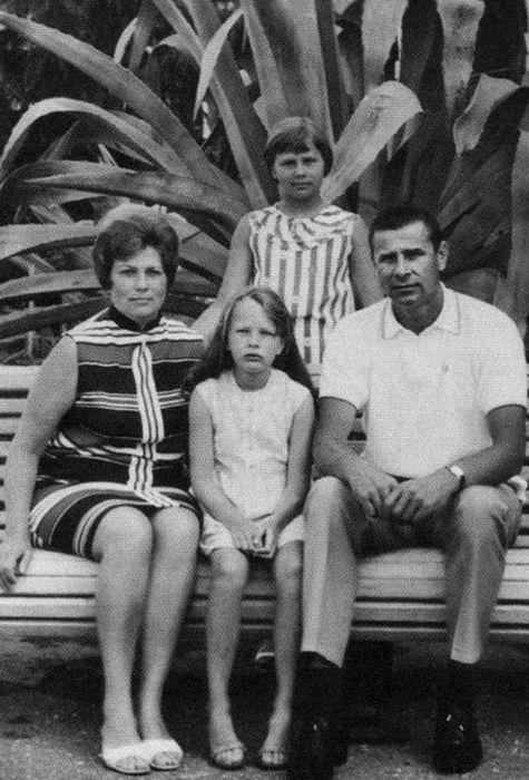 Лев Яшин с женой Валентиной Тимофеевной и дочерьми Леной и Ирой на отдыхе в Гаграх. / Фото: www.profilib.org