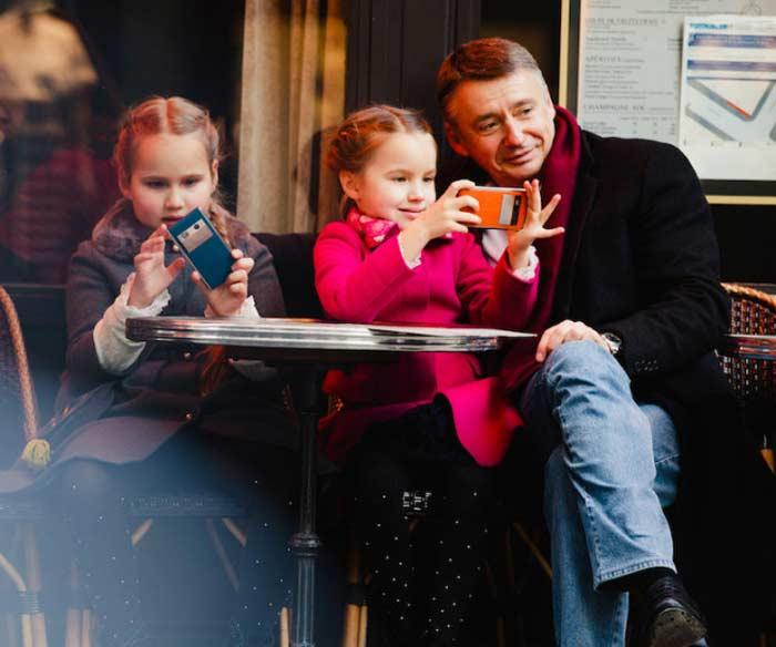 Антон Табаков с дочками. / Фото: www.starandstar.ru