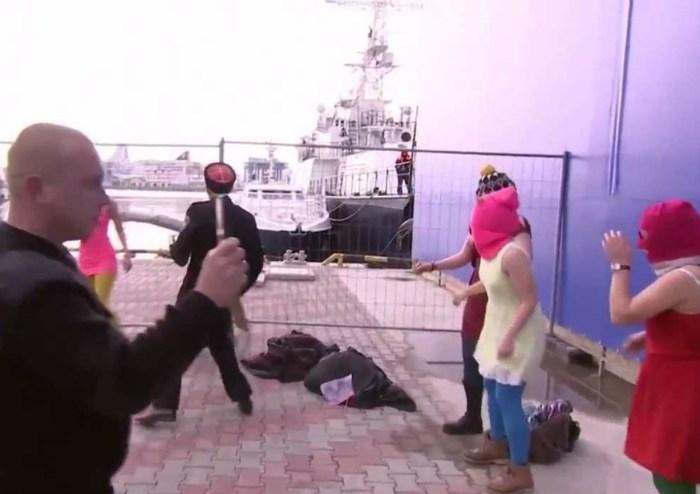 Окружающие даже не пытаются дать отпор напавшим на участниц группы. / Фото: www.magspace.ru