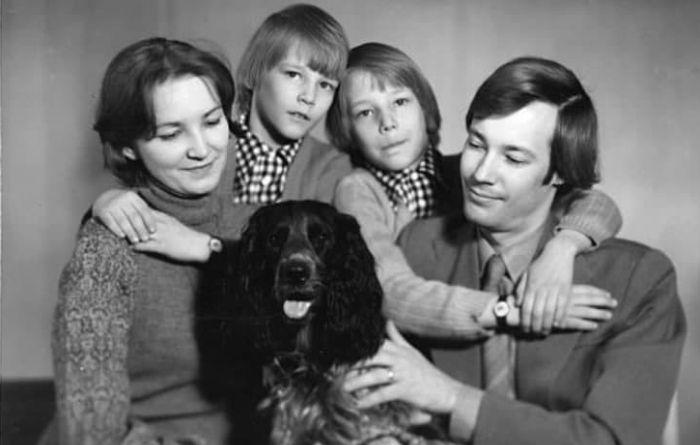Владимир Конкин с женой и сыновьями-близнецами, Ярославом и Святославом. / Фото: www.twimg.com