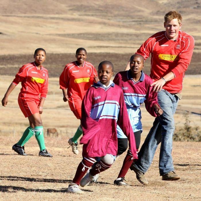 Принц Гарри играет в футбол в Семон-Конг, Лесото. / Фото: www.hellomagazine.com