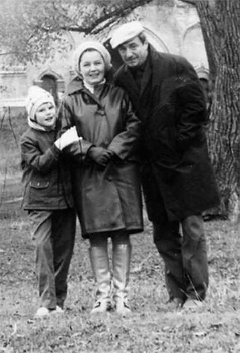 Марк Захаров и Нина Лапшинова с дочерью. / Фото: www.twimg.com