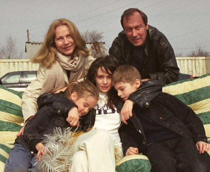 Оксана Фандера с детьми и родителями мужа, Олегом Янковским и Людмилой Зориной. / Фото: www.krestyanka.com
