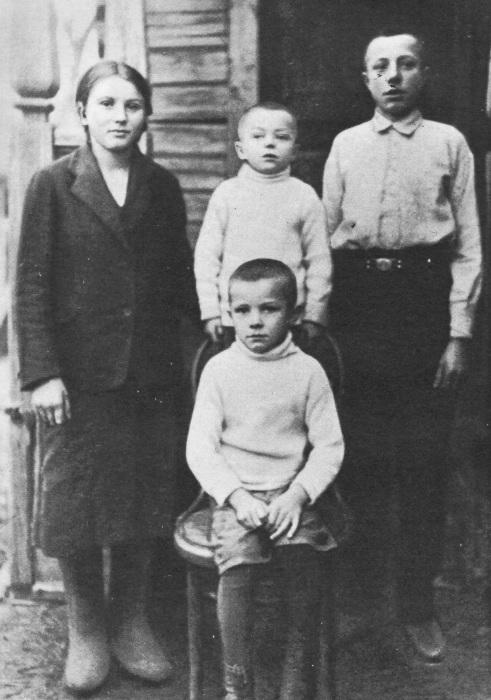 Зоя, Борис, Валентин и Юрий Гагарины в детстве. / Фото: www.nkj.ru