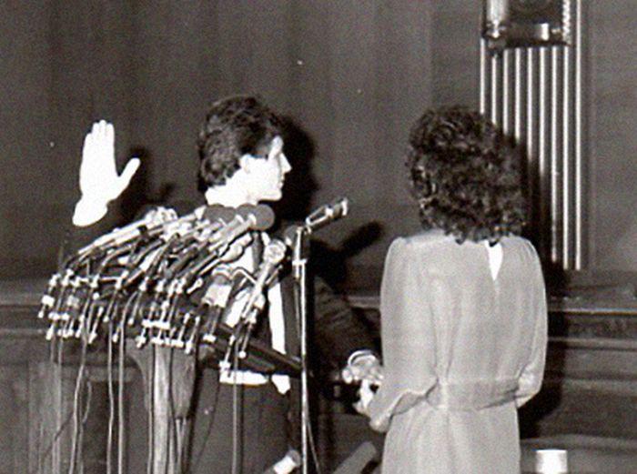 Уолтер Половчак даёт присягу на Библии, которую держит его сестра Наталья. / Фото: www.decades.com