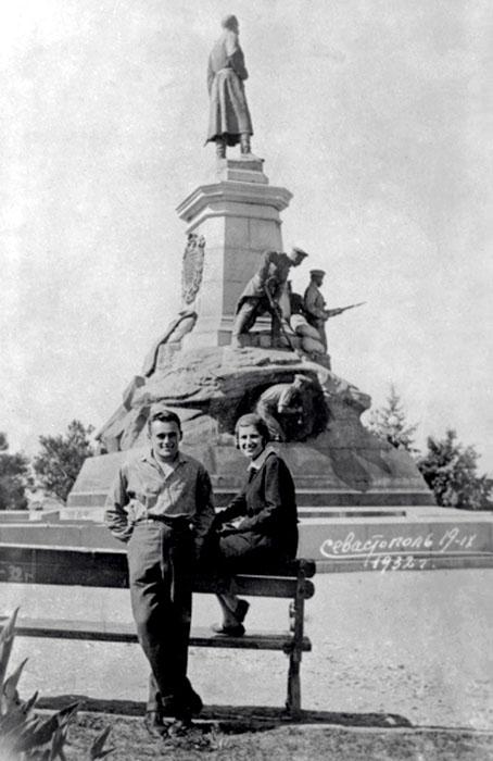 Сергей Королёв и Ксения Винцентини в Севастополе. / Фото: www.odessa-memory.info
