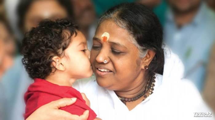 Мата Амританандамайи - Обнимающая мать. / Фото: www.ytimg.com