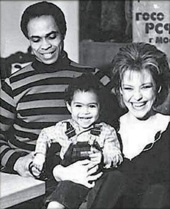 Ирина Понаровская и Вейланд Родд с сыном Энтони. / Фото: www.ytimg.com