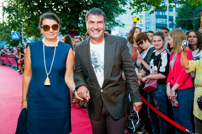 Евгений Гришковец с женой. / Фото: www.rabotnikitv.com