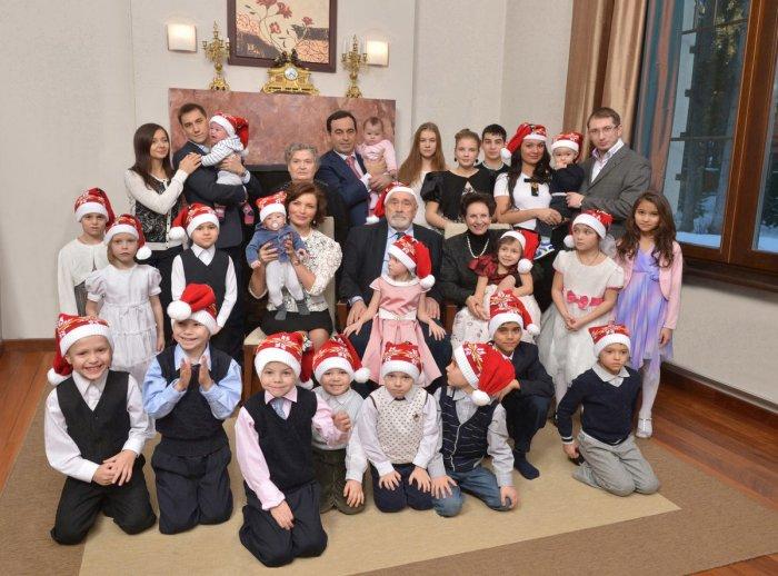 Большая семья. / Фото: www.twimg.com