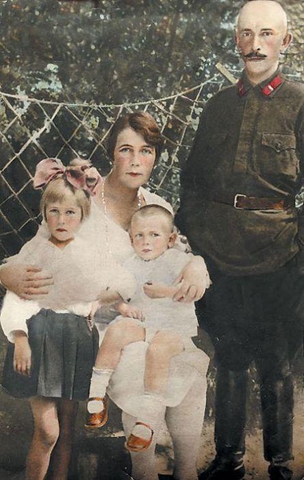 Пётр Вельяминов с родителями и сестрой. / Фото: www.tele.ru