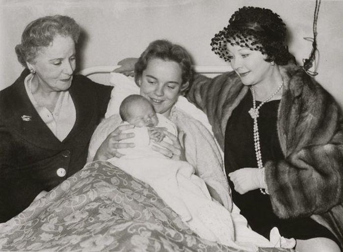 Сюзанна Фаррингтон с сыном, бабушкой Гертрудой Хартли и матерью Вивьен Ли. / Фото: www.retrospectra.ru