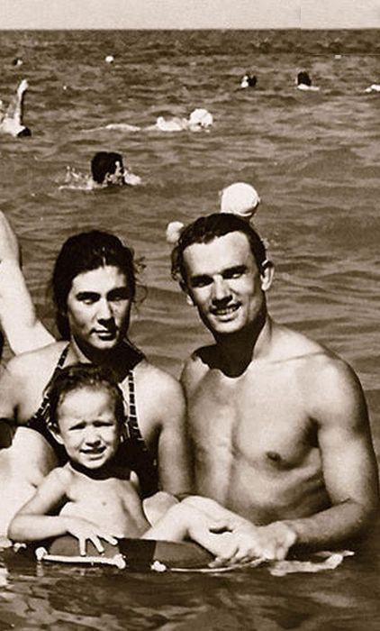 Ольга и Евгений Урбанские на море с дочерью. / Фото: www.7days.ru