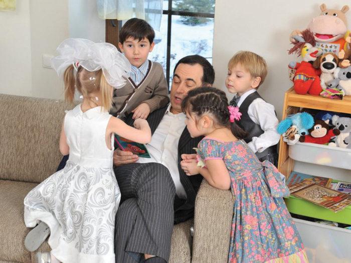 Роман Авдеев с детьми. / Фото: www.im-joseph.com
