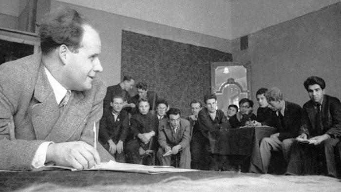 Сергей Эйзенштейн со студентами. / Фото: www.seance.ru