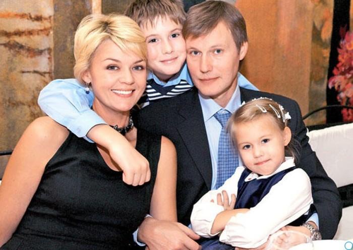 Юлия Меньшова и Игорь Гордин с детьми. / Фото: www.rosregistr.ru
