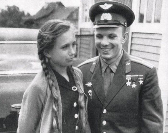 Юрий Гагарин с племянницей Тамарой. / Фото: www.itogi.ru