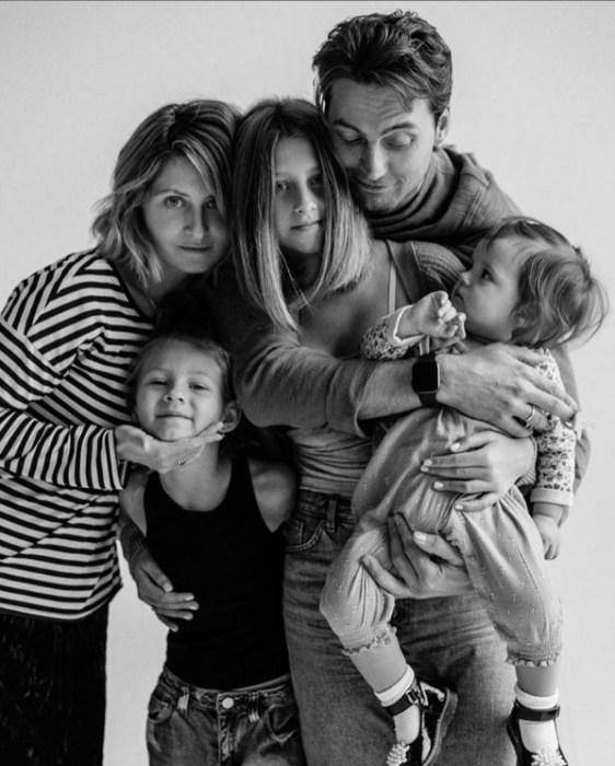 Иван Колесников и Лина Раманаускайте с дочками. / Фото: www.instagram.com