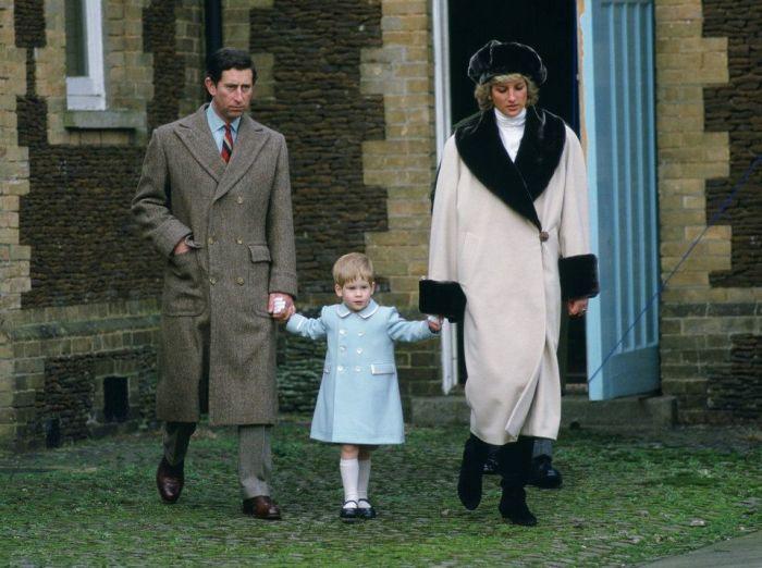 Принц Гарри в детстве с родителями. / Фото: www.dianalegacy.com
