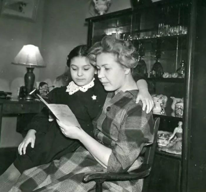 Наталья Бондарчук с мамой Инной Макаровой. / Фото: www.pinimg.com