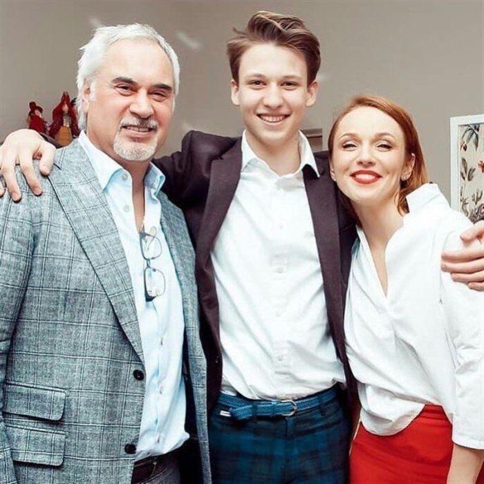 Редкая фотография Константина с родителями, Валерием Меладзе и Альбиной Джанабаевой. / Фото: www.roditeli-rossii.ru