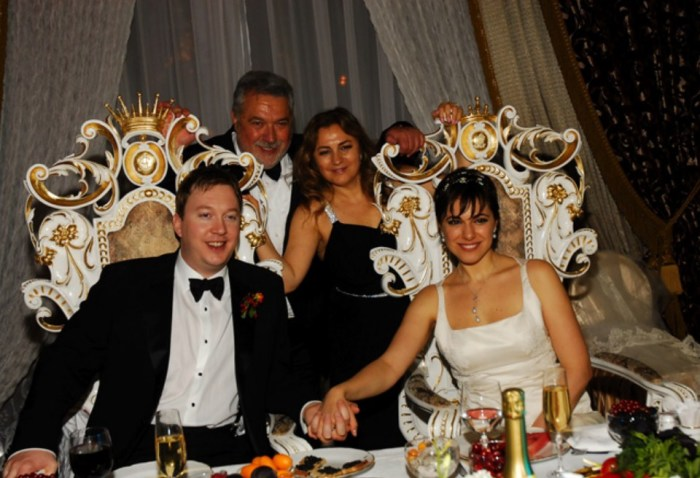 Юлий Гусман с женой на свадьбе дочери. / Фото: www.trend.az