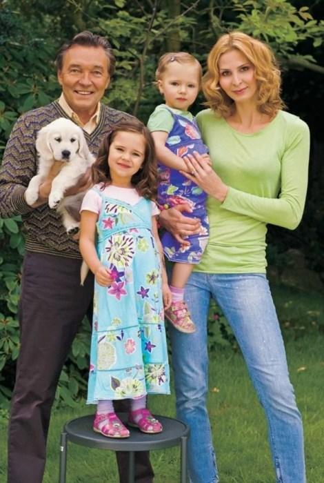 Карел Готт с женой и дочерьми. / Фото: www.yandex.net