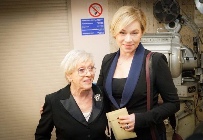 Варвара Владимирова с мамой Алисой Фрейндлих. / Фото: www.moydom.moscow