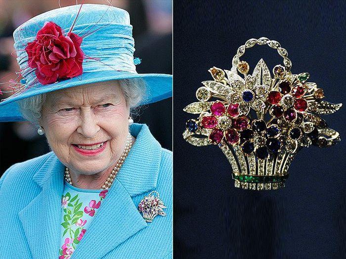 Елизавета II с брошью, подаренной ей по случаю рождения первенца. / Фото: www.nemodno.com