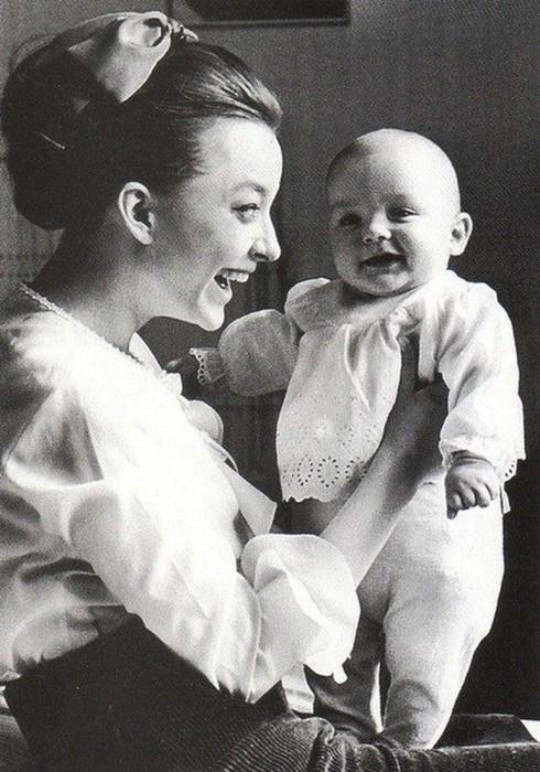 Степан Михалков с мамой Анастасией Вертинской. / Фото: www.woman.ru