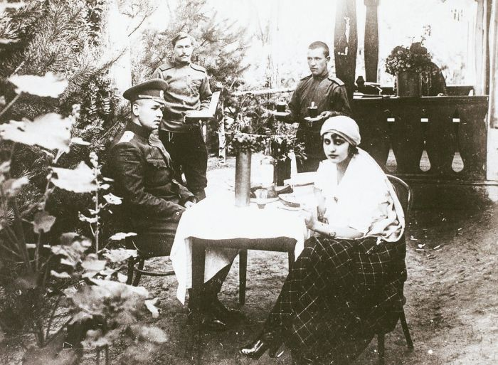 Вера Холодная вместе с мужем Владимиром на фронте во время Первой мировой войны. / Фото: www.rusmir.media