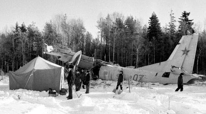 Ан-26 упал у кромки леса на краю аэродрома Лахта. / Фото: www.pictures29.ru