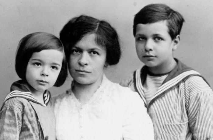 Милева Марич с сыновьями. / Фото: www.tut-cikavo.com