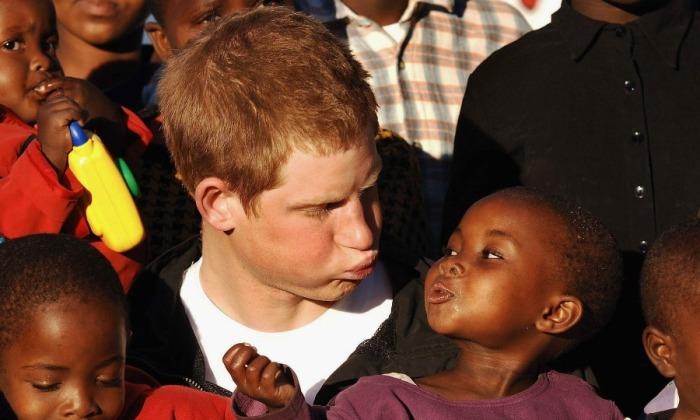 Принц Гарри в детском доме Манцасэ в Лесото. / Фото: www.hellomagazine.com