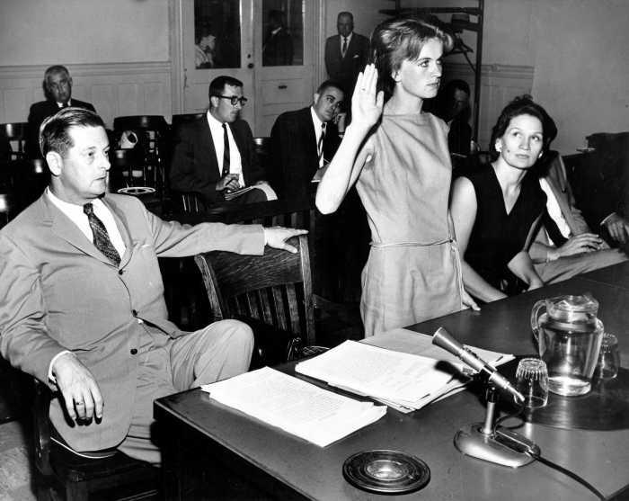 Марина Освальд даёт присягу в суде. / Фото: www.hdnux.com
