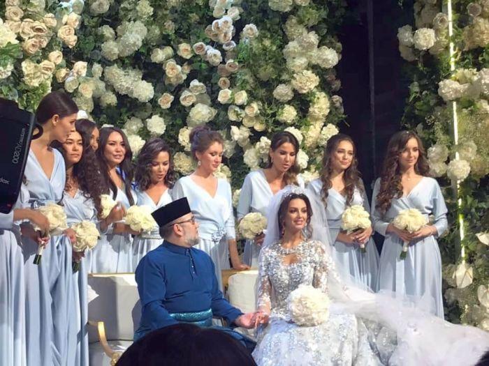 Король Малайзии Мухаммад V и Оксана Воеводина в день свадьбы. / Фото: www.spektr.press